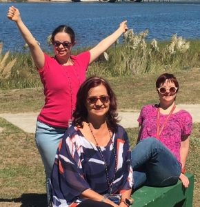 Fotografía de la profesora Mildred García junto a sus hijas Diana y Laura, ambas personas con Síndrome de Down